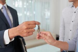האם ניתן למכור דירה ולהמשיך לגור בה?